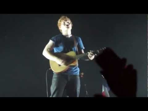 Ed Sheeran sings Little Things. This is amazing. The beginning is the best. :)