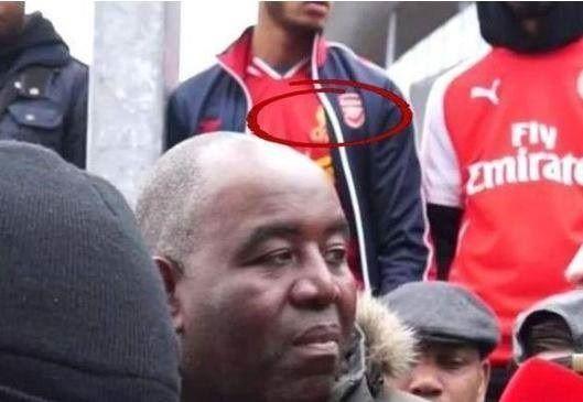 Kibic Arsenalu Londyn w koszulce FC Liverpoolu • Dziwna lojalność fana Kanonierów • Śmieszne zdjęcia w piłce nożnej • Wejdź i zobacz >> #arsenal #football #soccer #sports #pilkanozna #funny