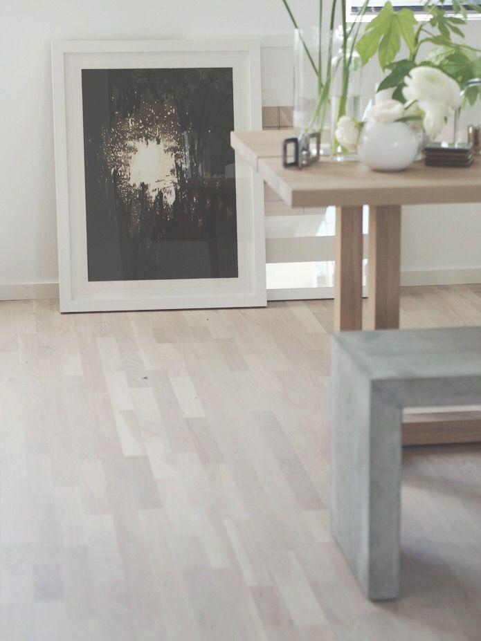Sliping av gulv samt behandling med hvit innfarging olje og lakk hos Camilla Pihl hus.