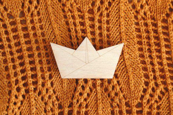 Origami boot broche, houten broche, origami speld, gevouwen bootje, papieren hoedje, houten sieraden, moderne broche, studio maas, lasercut