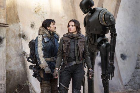 右端にいるドロイド(ロボット)が「スター・ウォーズ」最新作、『ローグ・ワン /スター・ウォーズ・ストーリー』(12月16日)に登場するK-2SO(C) 2016 Lucasfilm Ltd. All Rights Reserved.