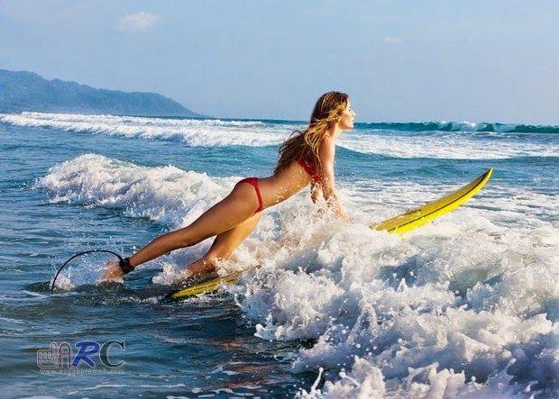Lihatlah disana, para wanita cantik dengan selancar yang dipegangnya, dan lihatlah disana ada seseorang yang sedang memacu adrenalinnya berusaha mengimbagi ombak yang sangat bernafsu ingin memeluk dan mencumbunya, dan coba lihat disana ada bidadari yang sedang bersenda gurau dengan riang bersama kawan - kawannya.!!  >>>>>: Indahnya Pantai Bersama GADIS PESELANCAR..!! (40 pics) | http://www.anggapremeh.com/2014/11/Gadis-Cantik-Di-Pantai-Indah.html