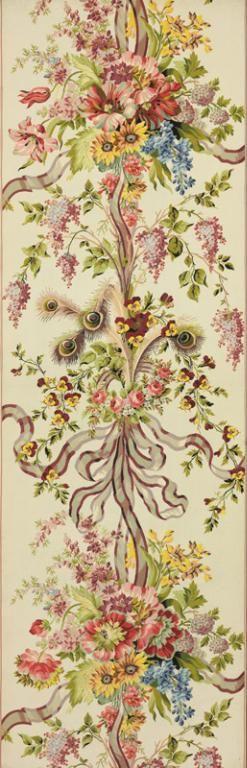 Maison Lamy et Gautier (fabricant), Retissage d'une laize du meuble d'été de la Chambre de Marie-Antoinette au château de Versailles, en gros de Tours blanc broché, dessin de fleurs nuées, rubans et plumes de paon, dit « Grand broché de la Reine », Lyon, vers 1900-1905, d'après le meuble original de Desfarges frères et Cie, sur un dessin de Jean-François Bony, commandé en 1786 et livré en 1787. MT 27696.1. Achat Lamy et Gautier, 1905 © Musée des Tissus, Pierre Verrier