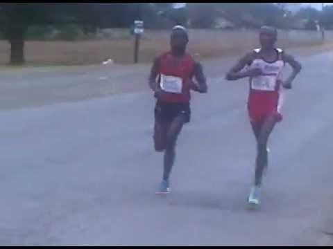 . @MunyaJari leading #MandelaMarathon at 30 km #Video #MandelaMarathon 2012 @mandelamarathon