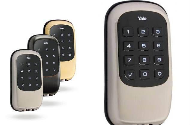 A Yale traz mais uma comodidade tech para as moradias do futuro: fechaduras sem chave. Feito com tela touchscreen e teclado numérico, a Key Free B1L vem equipada com o sistema Z-Wave. Além disso, o sistema ainda se conecta à rede wifi da casa e envia email ou sms para avisar quando a bateria tiver acabando.