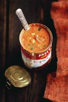 2 salottisipulia 2 rkl öljyä 1 tl jauhettua korianteria 1 tl jauhettua juustokuminaa (jeeraa) 1 rkl murskattuja korianterinsiemeniä 1/2 tl garam masalaa tai currya 2 prk (á n. 300 g) säilöttyjä kikherneitä 800 g laadukasta tomaattimurskaa 1 tl ruokokidesokeria 1 tl merisuolahiutaleita 3–4 dl vettä 2 dl kermaista kookosmaitoa (creamy coconut milk)  Lisäksi: tuoretta korianteria  Kuori ja silppua sipulit.