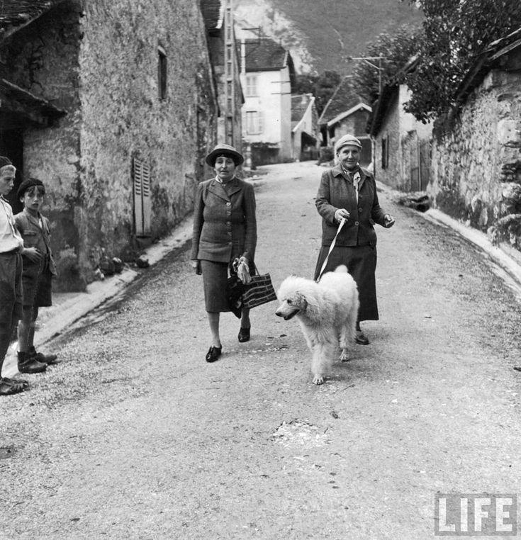 Alice B Toklas y Gertrude Stein, paseando por las calles junto a su perro en Francia, 1944.