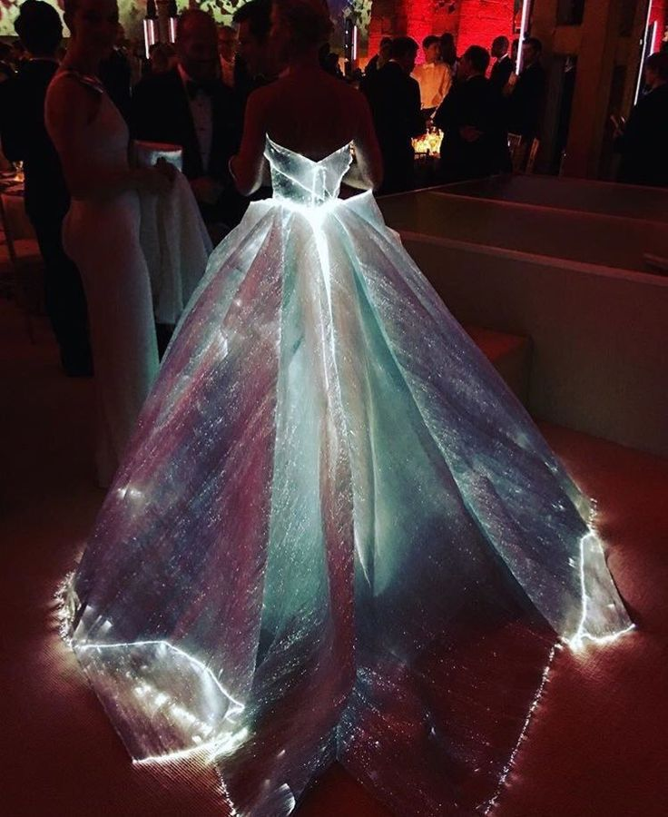 Claire Danes in a stunning fiber optic-lit Zac Posen gown at the 2016 Met Gala, manus x machina: Fashion in an Age of Technology, May 2, 2016. Damn. This + the Dior Junon gown = :O