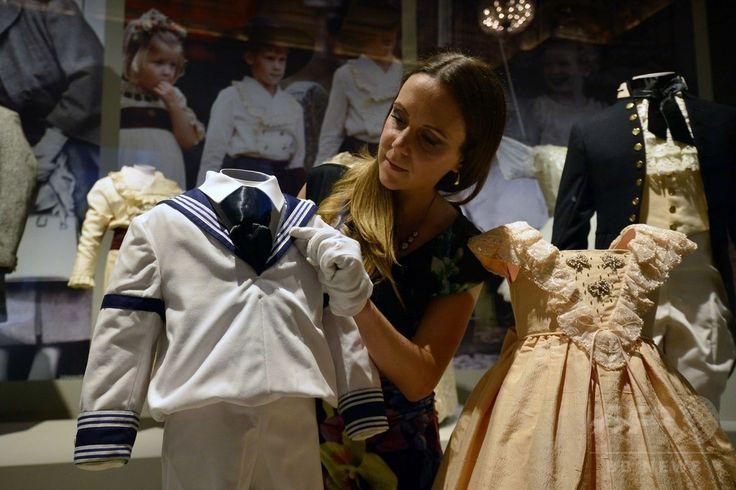 ロンドン(London)のバッキンガム宮殿(Buckingham Palace)で展示された、アンドルー王子(Prince Andrew)とセーラ・ファーガソン(Sarah Ferguson)さんの結婚式でウィリアム王子(Prince William)が着用したセーラー服(2014年7月24日撮影)。(c)AFP/CARL COURT ▼25Jul2014AFP|英王室メンバーの子ども時代を振り返る展覧会、バッキンガム宮殿 http://www.afpbb.com/articles/-/3021539