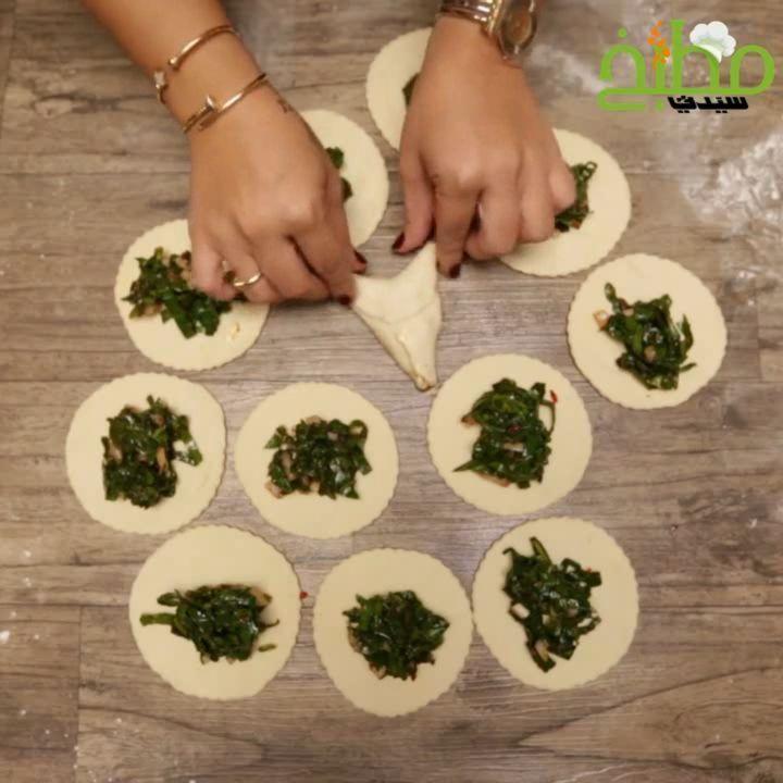 مطبخ سيدتي On Instagram فطائر السبانخ من أشهى وأطيب المعجنات المفيدة والغنية بالعناصر الغذائية حضريها على طريقة لمى ش Food Receipes Cooking Recipes Cooking