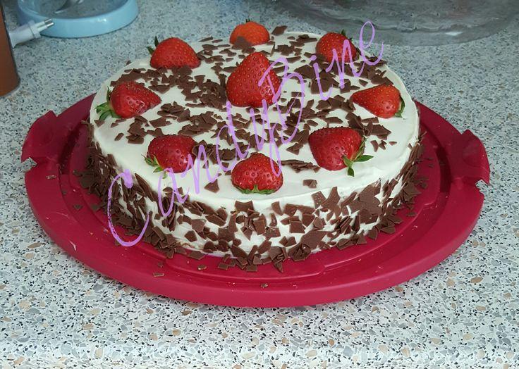 Erdbeer-Mascarpone-Torte Perfekt wenns schnell gehen muss.   1 Fertig-Tortenboden (2mal durchgeschnitten) 500g Mascarpone 500g Quark 180g Zucker 3 Päckchen Vanielle Zucker 500g Erdbeeren Marmelade auf den 1. Boden die Marmelade streichen und den 2. Boden oben drauf. Mascarpone, Quark, Zucker und Vanillezucker zu einer schönen Creme vermischen, geschnittene Erdbberen unterrühren, und auf den 2. Boden verteilen. Deckel drauf und mit der restlichen Creme bestreichen. Mit Erdberen Verzieren…