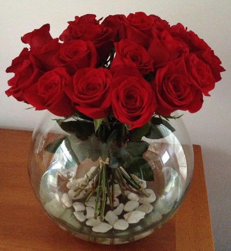 Flores2Home, ramo de rosas rojas en pecera de cristal  con piedras blancas.