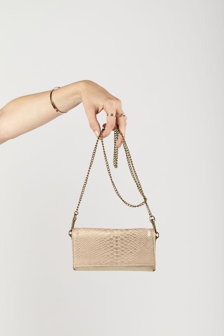 - Antoinette Ameska - Pochette portable Canari cuir couleur Or métalisé & python rose poudre #cuir #créateur #antoinetteameska #tendance