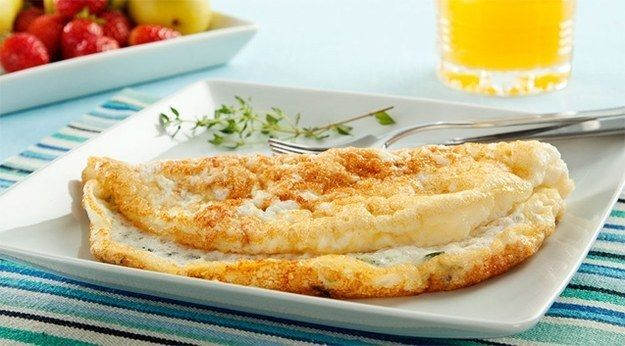 Omelete de claras com peito de peru.   16 receitas que provam que o ovo pode salvar sua vida culinária