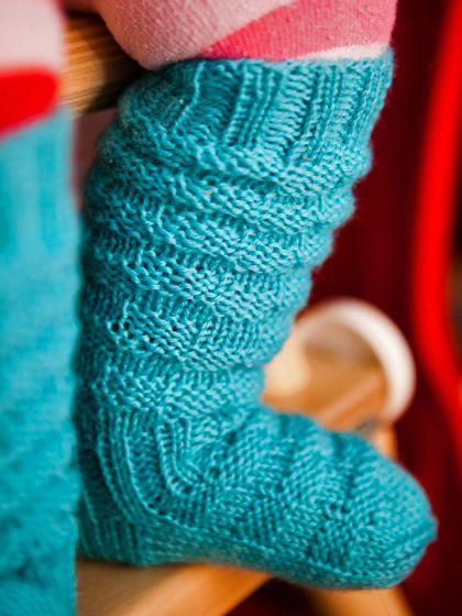 Neulo vauvalle lämpimät villasukat. Ryppyvarsien ansiosta sukat pysyvät hyvin pikkutemmeltäjän yllä.