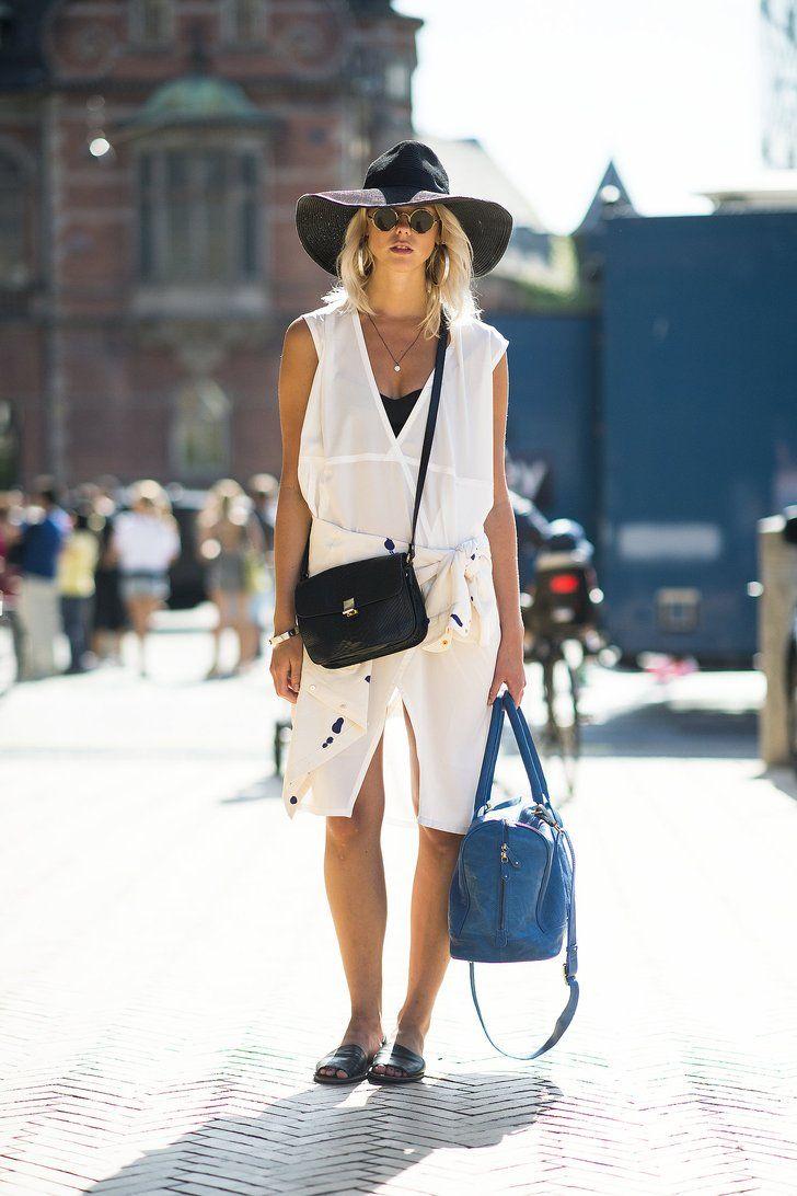 Pin for Later: 40 fabelhafte Outfits für den Rest des Sommers Sommer Street Style Das kleine Weiße muss auch nicht prüde sein. Es wirkt doch gleich hip mit einem Filzhut und asymmetrischen Schnitt.