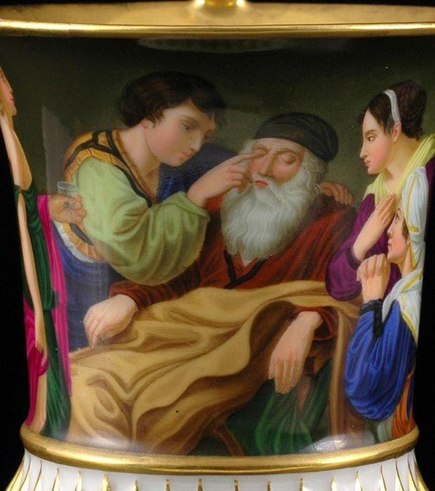 Šálek spodšálkem – empírve zlatém rámování skupina s chlapcem uzdravujícím zrak, zbytek plochy světle fialový s dekorem palmet v tmavším fialovém tónu, bohatě zlaceno.