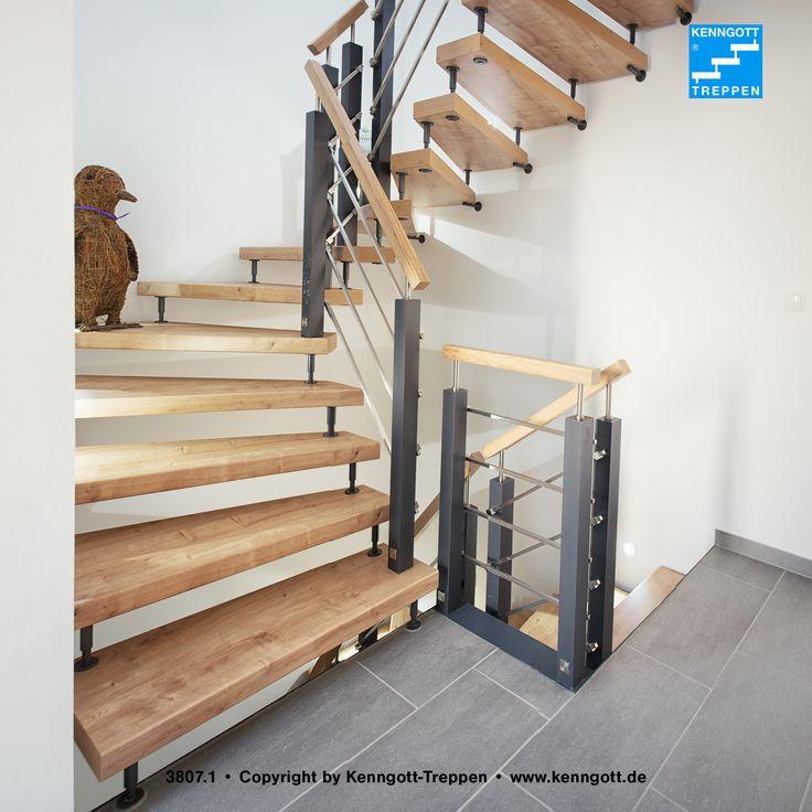 Wohnqualität: Freitragende Kenngott-Treppe mit Asteiche Longlife Stufen und modernem Geländer Terzo Q³: Pfosten, Knieleisten und Handlauf mit quadratischem Querschnitt; die Stufen bieten mit der Rutschhemmung R9 zusätzlichen Komfort und Sicherheit. Weitere Infos unter: http://www.kenngott.de/de/treppen/longlife-treppen.html