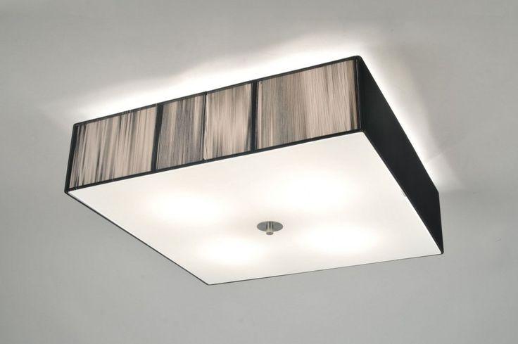 Klik op deze link voor de webwinkel : http://www.rietveldlicht.nl/artikel/plafondlamp-70839-modern-retro-glas-wit_opaalglas-metaal-staal_-_rvs-zwart-vierkant  .  Geschikt voor LED .  Schitterende plafondlamp met een grote vierkante kap van maar liefst 55x55cm. De kap bestaat uit fijn zwart draad met een mat glazen plaat en een geschuurd stalen dop. . Geeft een chique en rijke uitstraling! Ook in zwart . Voor woonkamer , slaapkamer , keuken