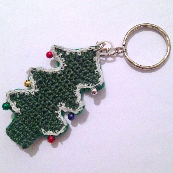 Portachiavi con albero di Natale verde fatto a mano all'uncinetto, con palline colorate, by La piccola bottega della Creatività, 6,00 € su misshobby.com