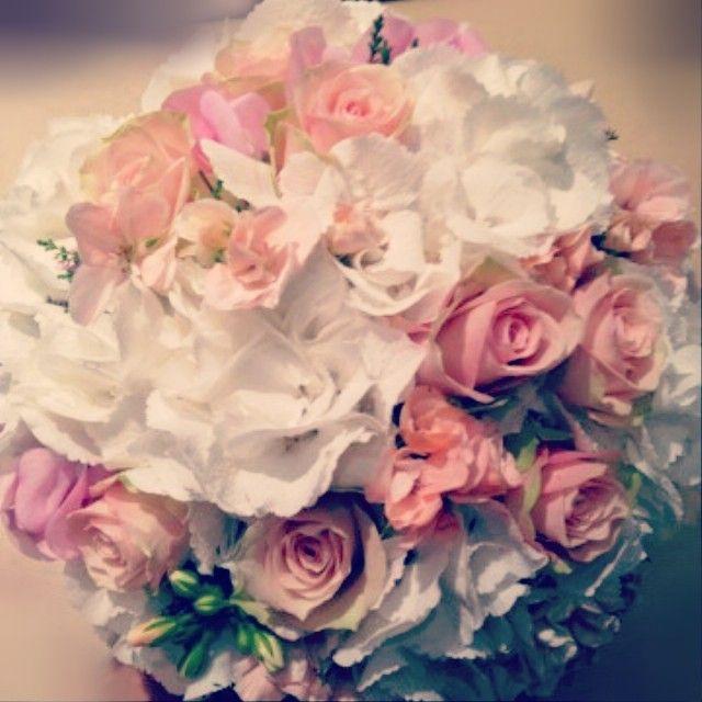 """15 likerklikk, 1 kommentarer – Botanica Blomster (@botanicablomster) på Instagram: """"#brudebukett fra helgen. #botanicablomster #roser #bellacreme #erteblomst #pelargonia #hortensia…"""""""