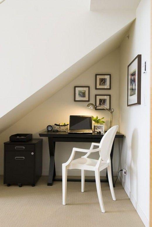 Рабочее место под лестницей. Просто поставьте под лестницу стол и стул, перенесите технику и сделайте освещение
