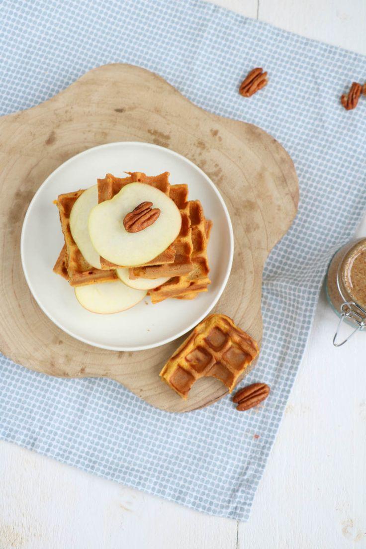 Zoete aardappel wafels met een pecannoten pasta. Wat een feestje op je bord. En je kunt dit beslag ook gewoon gebruiken voor pannenkoeken. #zoeteaardappel #sweetpotato