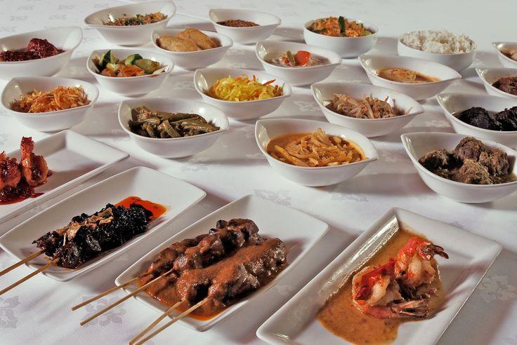 Lekker Indonesisch uit eten, waar doe je dat. Net als vorig jaar hebben we de beste Indonesische restaurants van Nederland op een rij gezet. Deze 50 Indonesische restaurants kregen de hoogste waard...