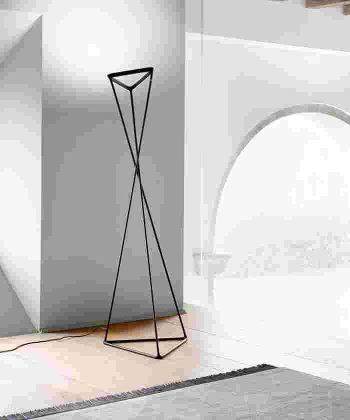 An innovative floor lamp for indirect lighting, in which the Argentine designer Francisco Gomez Paz for Luceplan.
