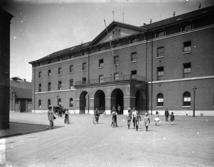 Exterieur van de Willemskazerne aan het Willemsplein, het latere Gele Rijdersplein. De foto is gemaakt in 1920.