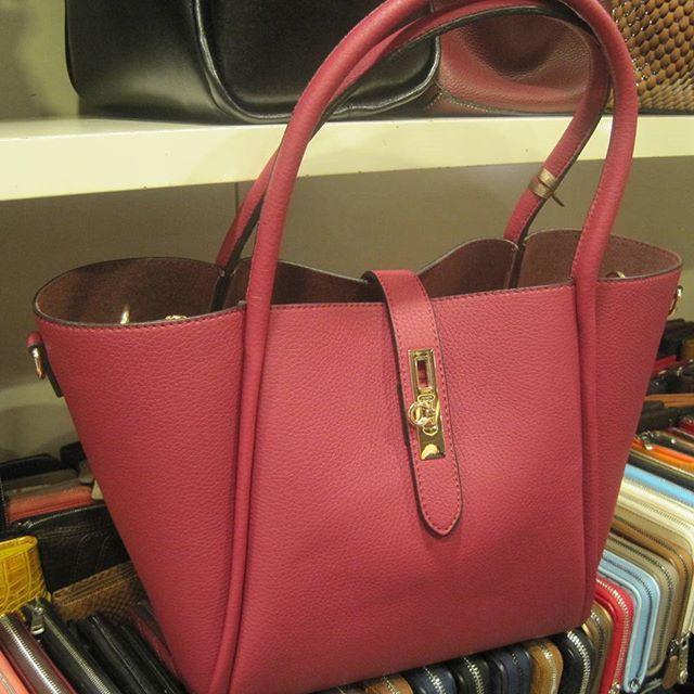 52 USD. Женская сумка из искусственной кожи. Цвета: розовая и черная. Внутренняя сумка на молнии.  Ladie's bag: pink & black colors. Imitation leather #женскиесумки #цветныесумки #купитьсумки #купитьсумкунедорого  #деловаясумка #сумкивесна2016 #женскиесумкиоптом #ladiesbag #ladiesbags