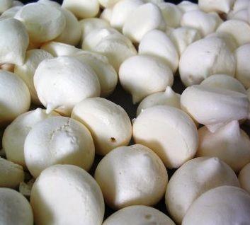 Baby merengues fáciles de preparar y deliciosos. Son unos merengues muy ricos pero cocinados de tamaño pequeño para hacerlo del tamaño de un bocado y no se desmoronen. Si quieres puedes hacerlos un poco más grandes.