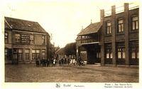 Markt: Marktplein, Ingang van de marktstraat, links woonhuis fam. Kees, rechts cafe Schepens met de ingang van de bioscoopzaal, daarnaast boekwinkel van gezusters Leplat