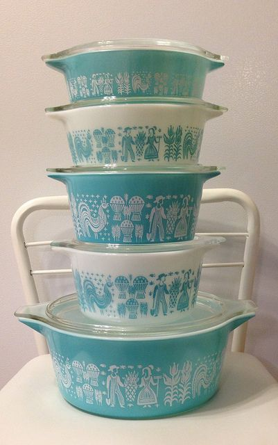 I may have to start Collecting vintage turquoise Pyrex!   OR THE PINK ones, I love them both....  OR BOTH..   pink and turquoise.  HOW CUTE & SWEET would that kitchen be?!