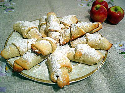 ilk elmalı kurabiye denememin sonuçları. annem ilk denemeyi kendi başıma yapmamam için ısrar ediyordu. galiba hamuru yeterince yoğurmayacağımdan ve gerekli kalınlıkta açamayacağımdan endişe ediyordu. ama neyseki ben ikinci bezeyi açarken yetişti de doğru kalınlığı öğrenmiş oldum. kurabiye hamuru için Malzemeler:...