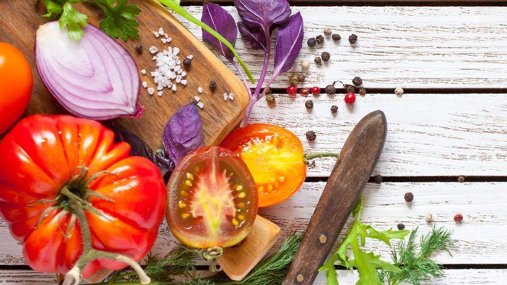 Salat von verschiedenen Tomatensorten und Wassermelone   Rezepte   ARD-Buffet