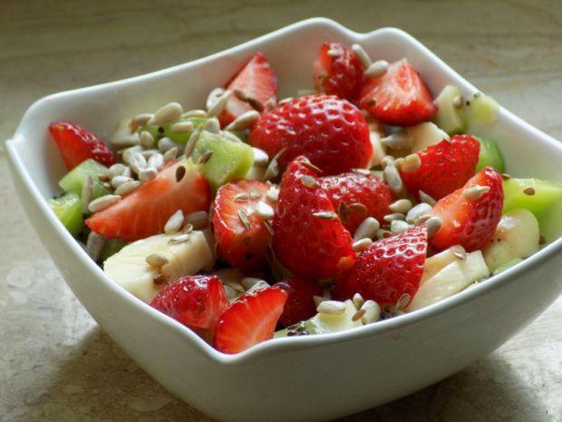 Sałatka owocowa z truskawkami. Wygląda bardzo apetycznie, spróbuj!