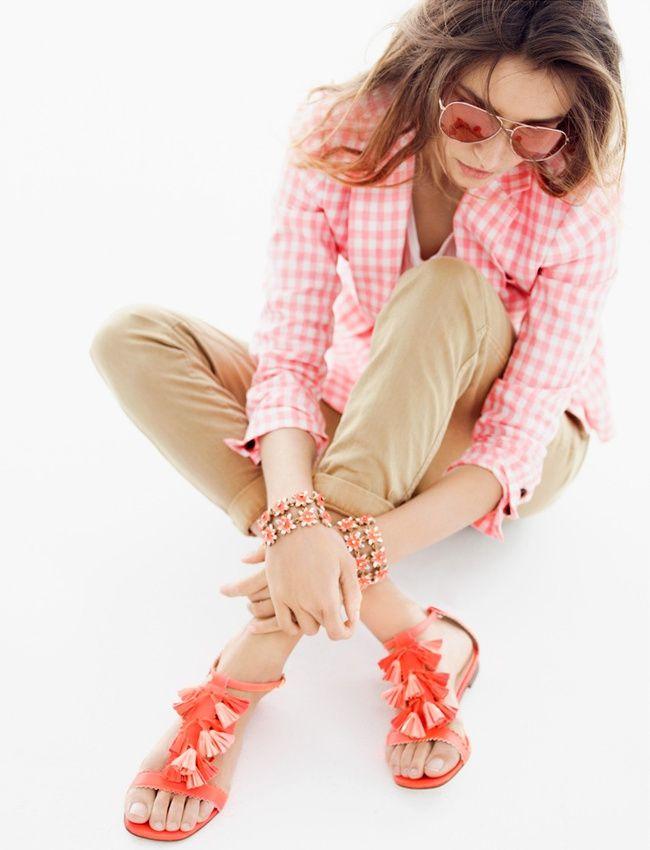 Chino kaki + blazer vichy rose + sandales oranges + dégaine cool = le bon mix (look J.Crew)