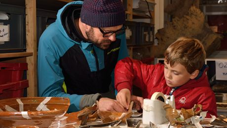 Succesvolle eerste editie Nationale Archeologiedagen Amsterdam. Bezoekers Nationale Archeologiedagen als archeologen aan het werk | foto Monumenten en Archeologie