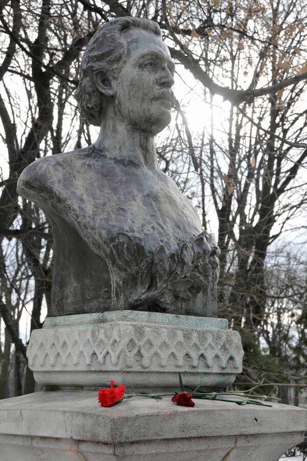 MIHAI EMINESCU -Bustul poetului din parcul Copou, Iași