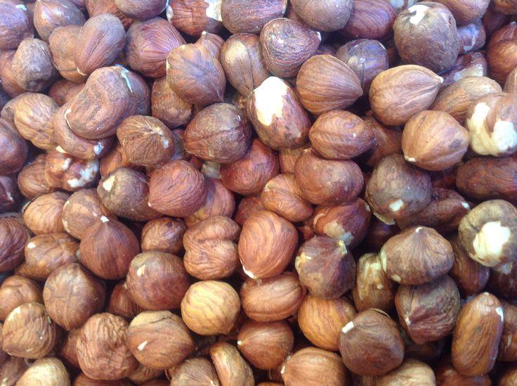HAZELNOTEN. Deze noten behoren tot de allergezondste noten die groeien op aarde. Rijk aan vitaminen-mineralen-natuurlijke bron van linolzuur.