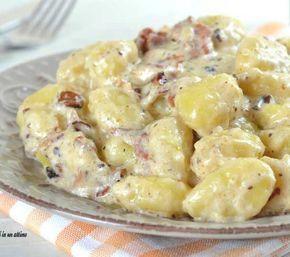 Gli gnocchi speck e noci sono un primo piatto davvero ricco di gusto e sapore; in pochissimi minuti riuscirete a prepararli.