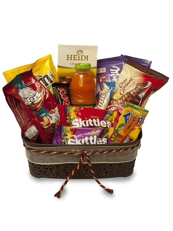 Cos Skittles cu dulciuri spre bucuria copiilor.  Pentru cei carora le plac bomboanele Skittles acest cos se potriveste perfect.