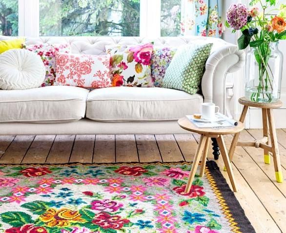 Gaaf kleed met houten vloer en bloemenvaas. :) Gorgeous cushions and kelim carpet from www.rozenkelim.nl