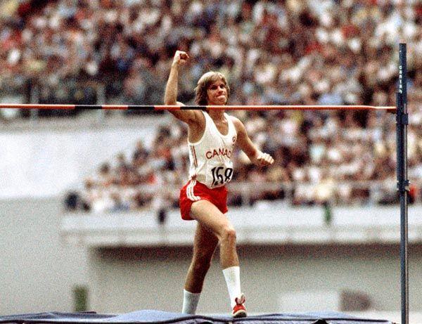 Greg Joy du Canada célèbre un saut bon pour la médaille d'argent au saut en hauteur aux Jeux olympiques de Montréal de 1976. (Photo PC/AOC)