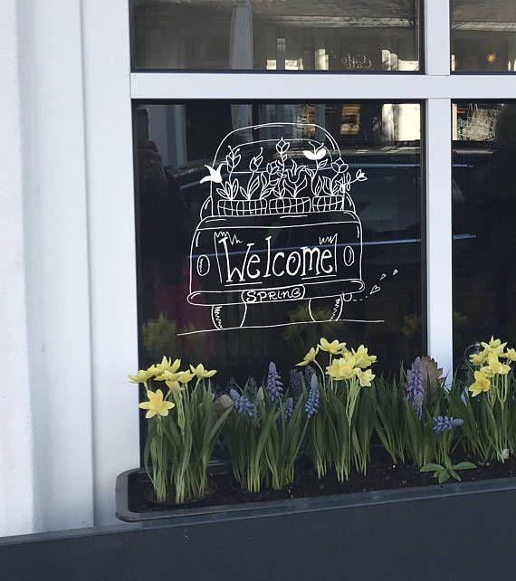 Raamtekening Welcome Spring: een auto met in de laadbak manden vol lente bloemen.  Maak deze #diy #raamdecoratie voor de #lente met dit direct te #downloaden #sjabloon voor een #raamtekening. Te koop in #etsyshop #krijtstifttekening voor een klein prijsje, ontwerp door #cecielmaakt