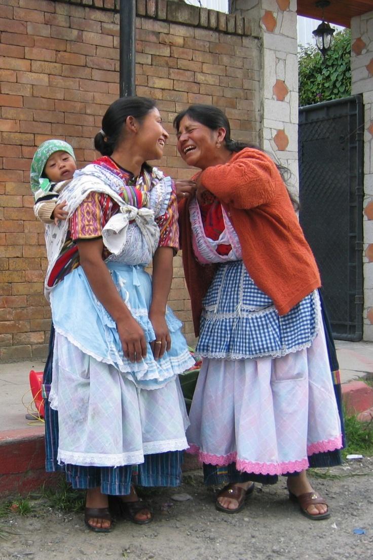 Ik had de dames (Xelaju Guatemala) gevraagd of ze op de foto wilden. Op de 'officiele'  foto staan ze heel serieus te kijken. Dit was net er voor en veel leuker!