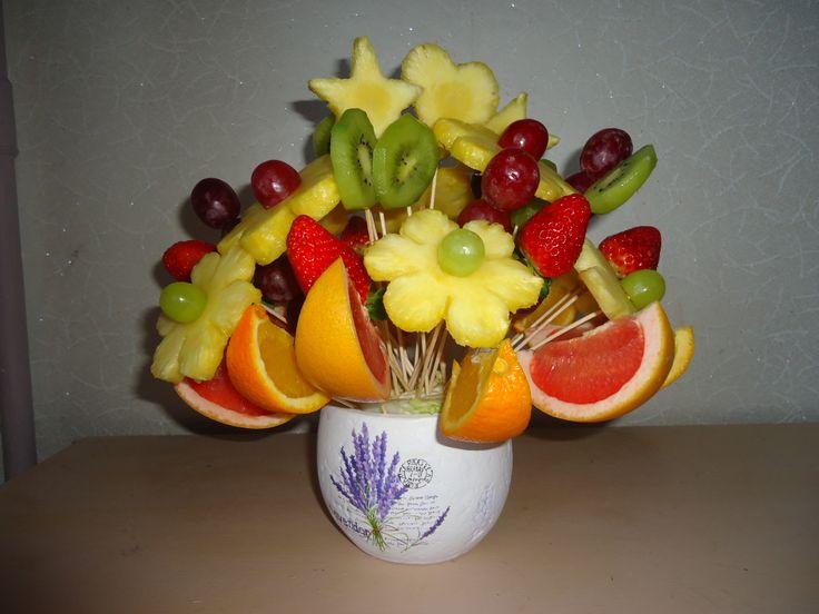 CAPRICHO DE INVIERNO. Deliciosas margaritas de Piña con botones de uvas rojas y verdes, estrellas de Piña con deliciosas rodajas de kiwi, trozos de naranja y toronja, deliciosas fresas frescas al natural y tallos de uvas rojas. $79.000