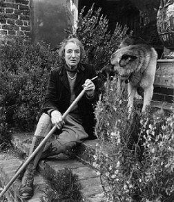 """22- Vita Sackville-West.- § V. SACKEVILLE-WEST: En 1946, elle est faite """"Companion of Honour"""" pour ses services rendus à la littérature. L'année suivante, elle tient une Chronique hebdomadaire dans The Observer, intitulée In Your Garden. En 1948, elle devient membre fondateur du comité des jardins du National Trust."""