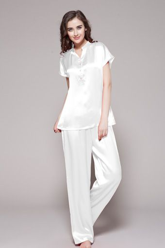Indulge her with this luxurious plus size silk pajamas. Make your day and night full of surprise with our luxurious pajamas. $210 #pajamas #silk #lilysilk